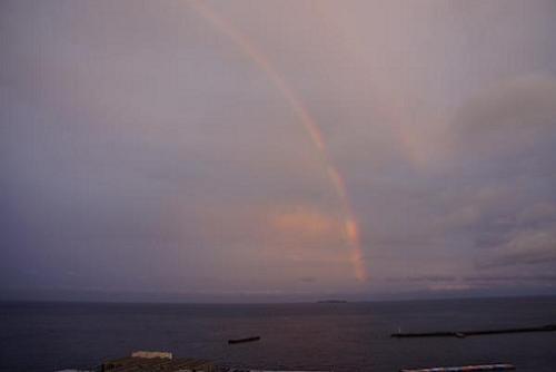 初島から架かる虹
